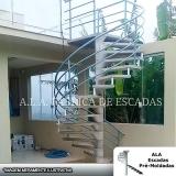 escada caracol com corrimão de ferro