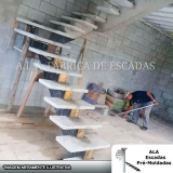loja de escada em l com viga central Poá